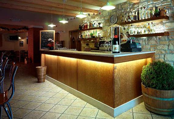 Realizzazione arredamenti per bar e caffetterie ama for Banchi bar e arredamenti completi