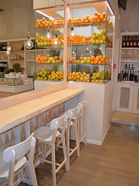 Realizzazione arredamenti per bar e caffetterie ama for Arredamento enoteca wine bar