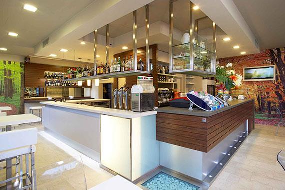 Arredamento bar moderno banco bar per taverna with for Arredamento pub usato