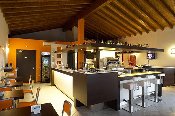 Realizzazione arredamenti per bar e caffetterie ama for Arredamento wine bar