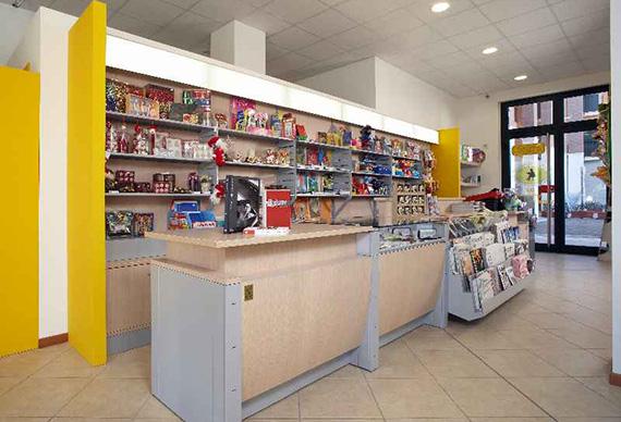Realizzazione arredamenti per negozi vari ama for Arredamento cartoleria